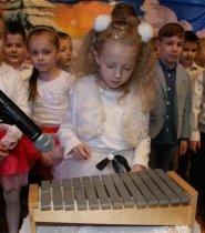 Z życzeniami od uczniów Szkoły Podstawowej wChmielniku